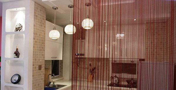 Разделительные нитяные шторы в комнате