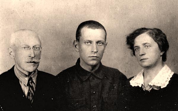 Лихачев с родителями