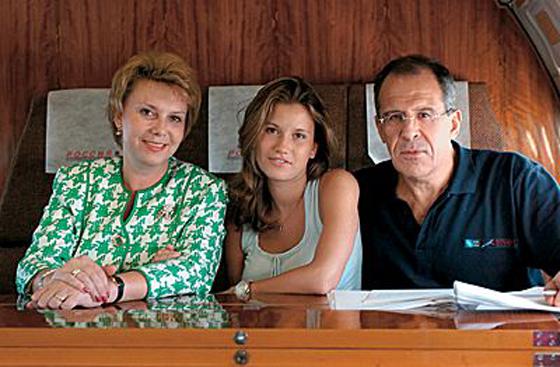 Сергей Лавров с женой и дочерью. Фото